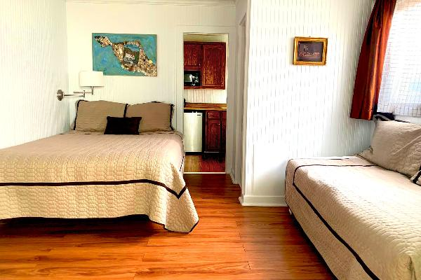 Queen bed & Trundle couch (sleeps 2 - 4).